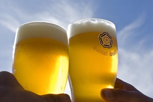 سلامتی دادن و ضربه زدن لیوانها به هم موقع نوشیدن